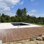 terrasse en bois et piscine