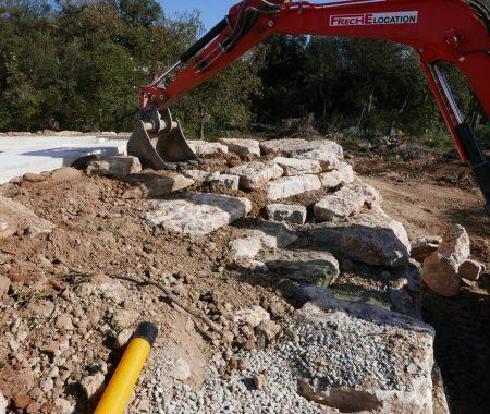 terrassement enrochement mur en pierre pelleteuse